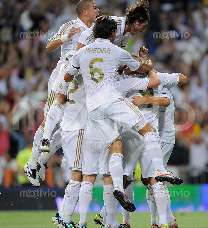 FUSSBALL  INTERNATIONAL  PRIMERA DIVISION  SAISON 2011/2012   14.08.2011 El Clasico  Super Cup 2011 Real Madrid - FC Barcelona JUBEL Real Madrid;   Pepe, Sergio Ramos  und Sami Khedira (v.li.)