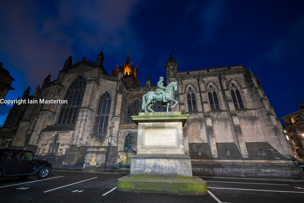 Night view of Parliament Square and St Giles Cathedral in Edinburgh Old Town, Scotland, UK