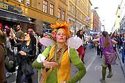 Demonstrations- eller karnevalståg drar genom Stockholm för fred och kärlek. Lördag 27 april 2013.