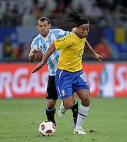 FUSSBALL   INTERNATIONAL   Testspiel  in  Doha  17.11.2010 Argentinien - Brasilien RONALDINHO (re, Brasilien) gegen Javier MASCHERANO (Argentinien)