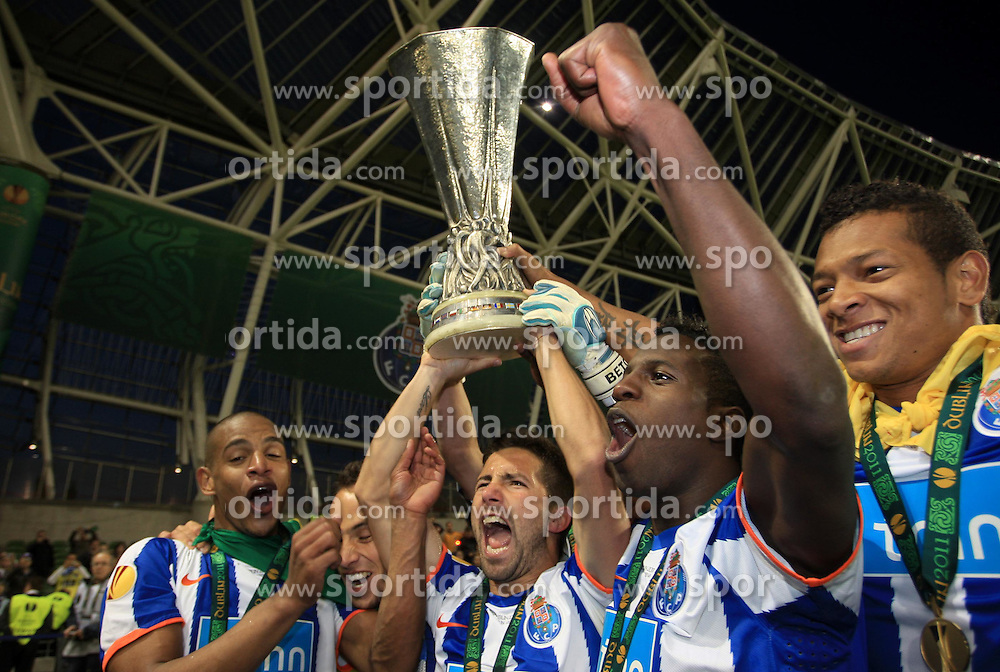 18.05.2011, Aviva Stadium, Dublin, IRL, UEFA Europaleague Final 2011,  FC Porto vs porting Clube de Braga, im Bild FC Porto players celebrate with the Europa Cup // during the UEFA europaleague Final 2011, Dublin, Aviva Stadium, 2011-05-18, EXPA Pictures © 2011, PhotoCredit: EXPA/ M. Atkins  +++++ ATTENTION - OUT OF UK!