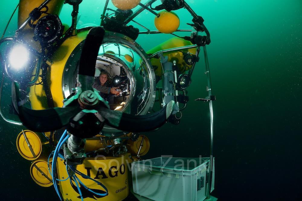 Submersible JAGO at the Lophelia sulareef in Norway. Trondheimfjord, North Atlantic Ocean, Norway | <br /> Das Tauchboot-Team, Karen Hissmann und J&uuml;rgen Schauer, beim Abtauchen in JAGO. Sie werden Proben vom Sulariff in 250 Meter Tiefe nehmen. Trondheimfjord, Norwegen