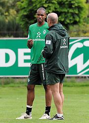 19.08.2011, Trainingsgelaende, Bremen, GER, 1.FBL, Training Werder Bremen, im Bild Naldo (Bremen #4) im Gespraech mit Thomas Schaaf (Trainer Werder Bremen)..// during training session from Werder Bremen on 2011/08/19, Trainingsgelaende, Bremen, Germany..EXPA Pictures © 2011, PhotoCredit: EXPA/ nph/  Frisch       ****** out of GER / CRO  / BEL ******