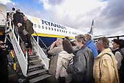 Duitsland, Laarbruch, 1-5-2003Passagiers betreden een charter vliegtuig op de per 1-5-2003 in bedrijf gesteld airport Niederrhein, Weeze. Vlak over de grens in Bergen N-Limburg vreest men voor geluidsoverlast. Drie keer per dag vliegt prijsbreker charter vliegmaatschappij Ryanair op Londen. Ook verwacht men veel lucht vrachtvervoer. Over twee maanden is de terminal klaar. Tot dan is aankomst en vertrek in de toekomstige hangar.Luchtvaart , economie, milieu, grensstreek, toerisme.Foto: Flip Franssen