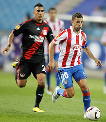 30.09.2010, Vicente Calderon Stadion, Madrid, UEFA EL, Atletico de Madrid vs Bayer 04 Leverkusen, im Bild Bayer Leverkusen's Arturo Vidal against Atletico de Madrid's Simao Sabrossa during Europa League match. EXPA Pictures © 2010, PhotoCredit: EXPA/ Alterphotos/ Alvaro Hernandez +++++ ATTENTION - OUT OF SPAIN / ESP +++++