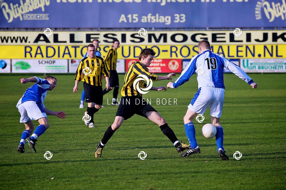 WAARDENBURG - Voetbalwedstrijd tussen de thuisploeg WNC en Drechtstreek uit Papendrecht. FOTO LEVIN DEN BOER - PERSFOTO.NU
