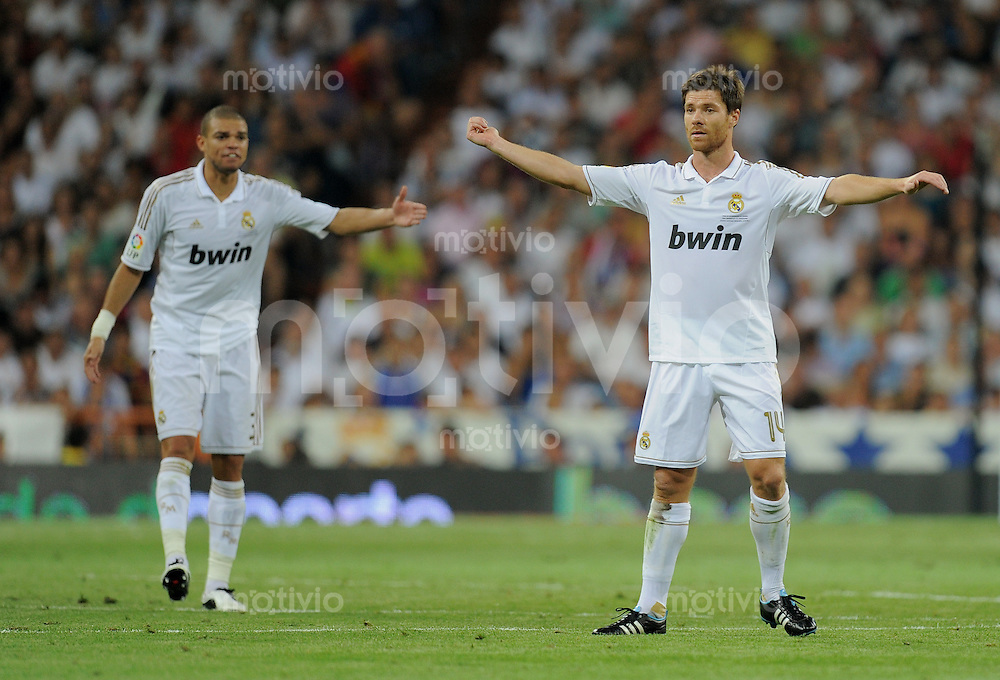 FUSSBALL  INTERNATIONAL  PRIMERA DIVISION  SAISON 2011/2012   14.08.2011 El Clasico  Super Cup 2011 Real Madrid - FC Barcelona Xabi Alonso (re, Real Madrid) und Pepe (hinten li, Real Madrid)
