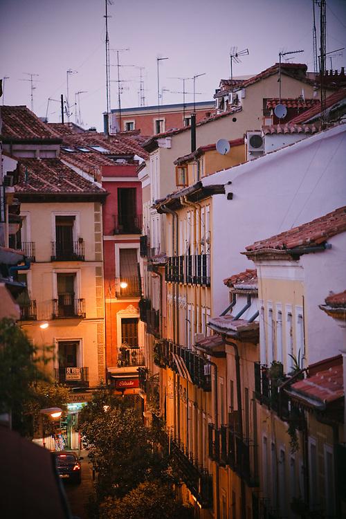 Malasaña es uno de los barrios más antiguos de Madrid, lo que se refleja en la arquitectura de sus casas, muchas preservadas desde su construcción.