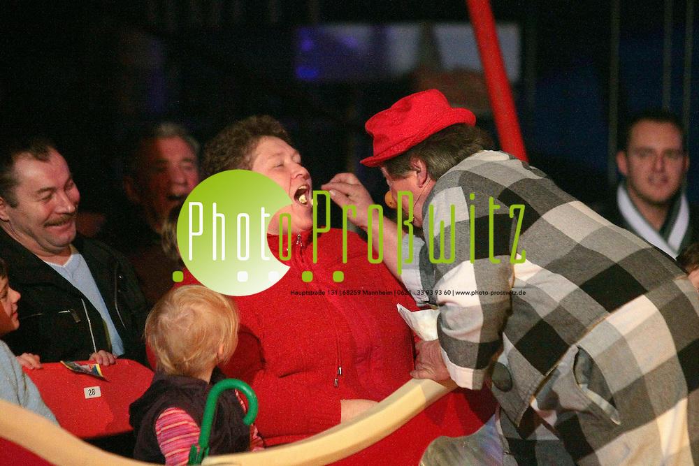 Ludwigshafen. Weihnachtszirkus. Premierenfeier zur Weihnachten. Diverse akrobatische Darbietungen. Seiltanz, Zebras, Clowns.<br /> <br /> <br /> <br /> Bild: Markus Proflwitz / masterpress /