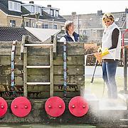 NLD/Den Dolder/20160312 - Nederlandse Koninklijke Familie doet mee aan NLDoet 2016, Koningin Maxima maakt schoon