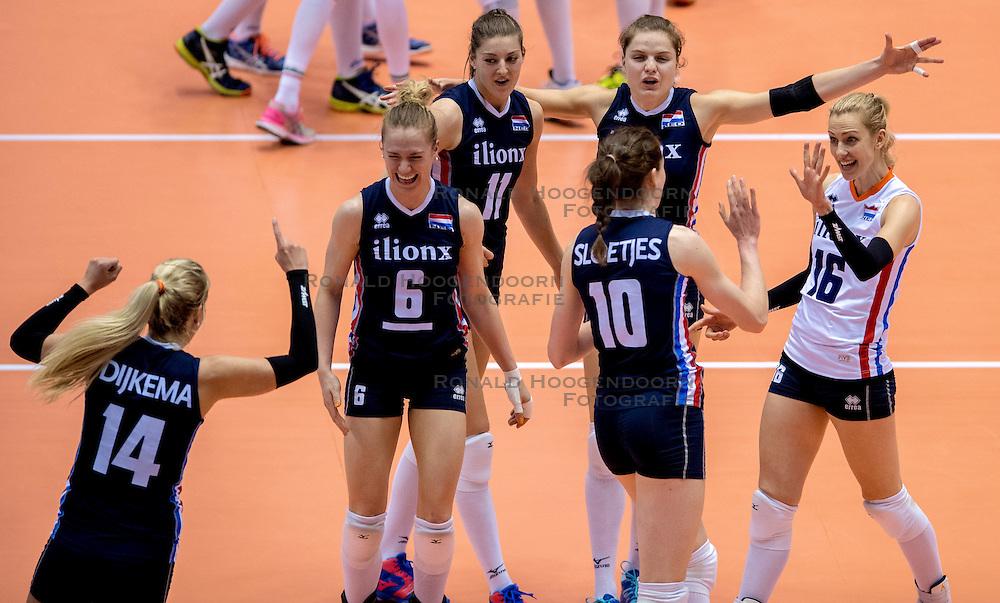20-05-2016 JAP: OKT Italie - Nederland, Tokio<br /> De Nederlandse volleybalsters hebben een klinkende 3-0 overwinning geboekt op Itali&euml;, dat bij het OKT in Japan nog ongeslagen was. Het met veel zelfvertrouwen spelende Oranje zegevierde met 25-21, 25-21 en 25-14 / Laura Dijkema #14, Maret Balkestein-Grothues #6, Anne Buijs #11, Yvon Belien #3, Debby Stam-Pilon #16