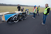 Het Human Powered Team Delft (HPT Delft) houden op de voormalige vliegbasis Soesterberg testen om de renners te laten wennen aan het rijden in de Velox. Het team probeert het record Human Powered Vehicles te verbreken.<br /> <br /> Human Powered Team Delft (HPT Delft) is testing at the former airport Soesterberg to get the riders familiar with the bike and to train the stop and start.
