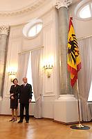 07 JAN 2004, BERLIN/GERMANY:<br /> Johannes Rau (R), Bundespraesident, und seine Frau Christina Rau (L), waehrend dem Neujahrsempfang des Bundespraaesidenten, Schloss Bellevue<br /> IMAGE: 20040107-01-008<br /> KEYWORDS: Empfang, Neujahr, Bundespr&auml;sident, Gattin, Praesidentengattin, Pr&auml;sidentengattin, Flagge, Fahne, Bundesadler, Defilee