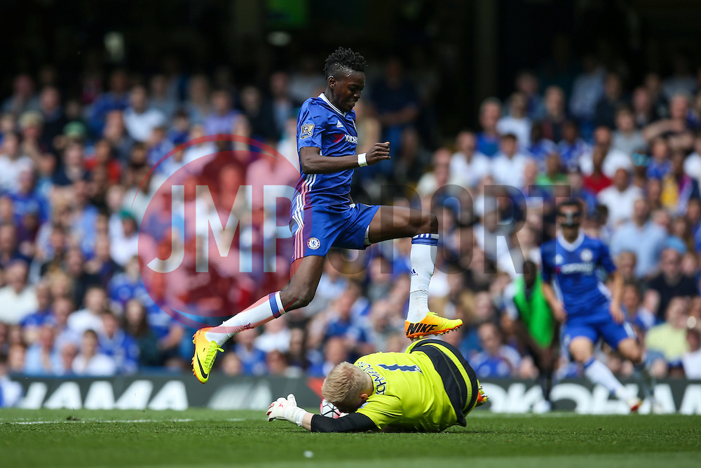 Kasper Schmeichel of Leicester City comes out to make save as Bertrand Traore of Chelsea comes running in - Mandatory byline: Jason Brown/JMP - 15/05/2016 - FOOTBALL - London, Stamford Bridge - Chelsea v Leicester City - Barclays Premier League