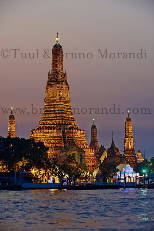 Thailande, Bangkok, le Wat Arun et la riviere Chao Phraya // Thailand, Bangkok, Wat Arun and Chao Phraya by night