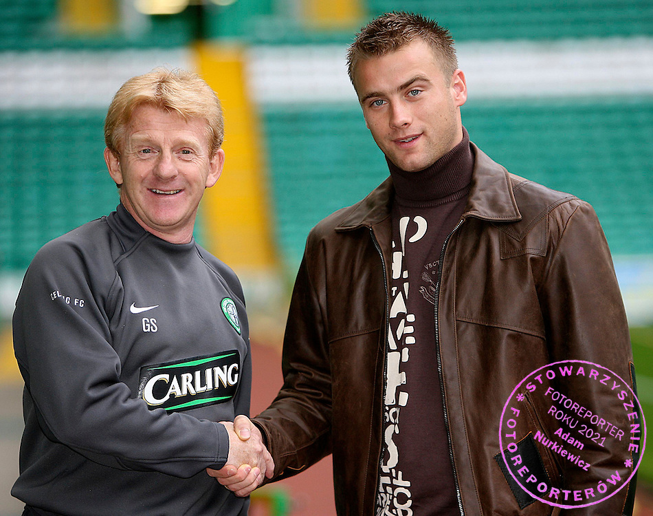17/10/05 .ARTHUR BORIC SIGNS NEW DEAL .PARKHEAD - GLASGOW .Celtic Goalkeeper Arthur Boric signs a new 3.5 year deal with celtic - with Manager Gordon Strachan