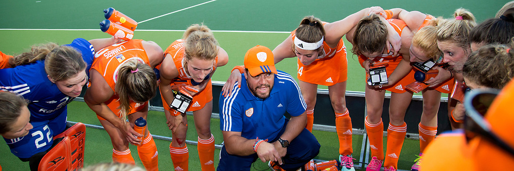THE HAGUE - Rabobank Hockey World Cup 2014 - 12-06-2014 - WOMEN - SEMI-FINAL THE NETHERLANDS - ARGENTINA 4-0 - Max CALDAS Head Coach spreekt zijn dames toe na behalen finale.<br /> Copyright: Willem Vernes