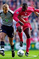 Fotboll, engelsk, Liverpool - Aston Villa: Olof Mellberg, Aston Villa och Emile Heskey, Liverpool.