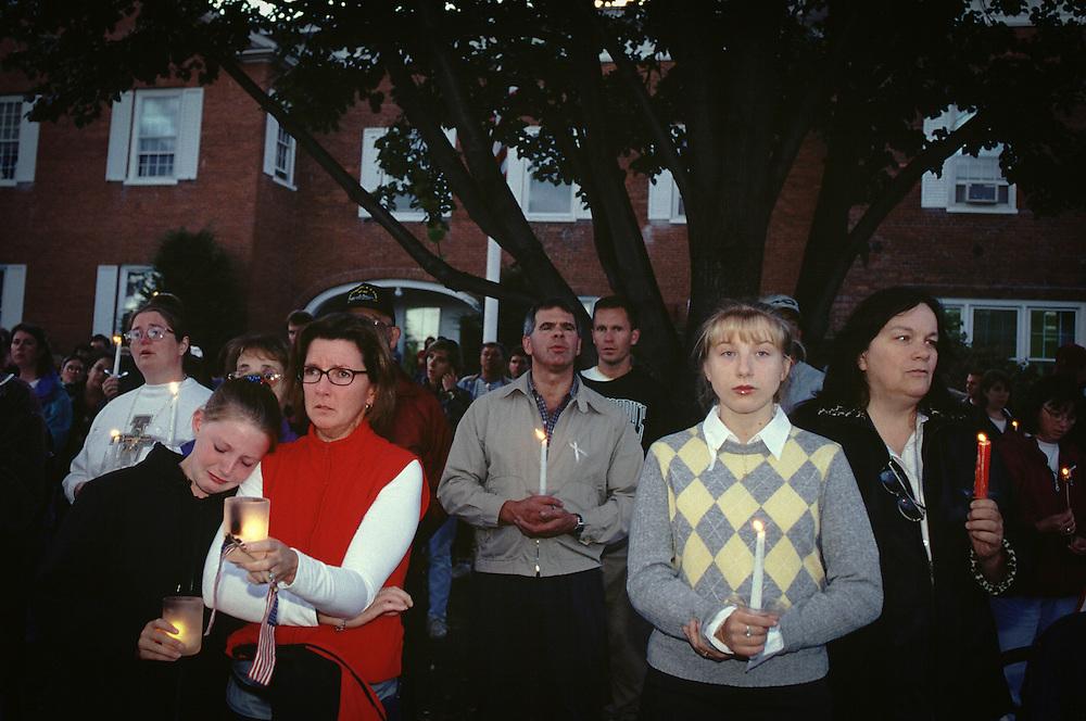 Mercredi 12 septembre 2001, devant l'Église pentecôtiste « Community Bible Church », un panneau appelle à une « prière pour la Nation ». Le pasteur invite au recueillement. « Prions pour ces morts. Prions pour les pompiers. Prions pour le FBI. Prions pour notre président. Le président a besoin de nos prières ».