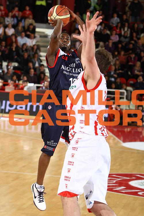 DESCRIZIONE : Teramo Lega A 2009-10 Bancatercas Teramo Angelico Biella<br /> GIOCATORE : Carl Embo Ona<br /> SQUADRA : Angelico Biella<br /> EVENTO : Campionato Lega A 2009-2010 <br /> GARA : Bancatercas Teramo Angelico Biella<br /> DATA : 28/03/2010<br /> CATEGORIA : tiro<br /> SPORT : Pallacanestro <br /> AUTORE : Agenzia Ciamillo-Castoria/ElioCastoria<br /> Galleria : Lega Basket A 2009-2010 <br /> Fotonotizia : Teramo Lega A 2009-10 Bancatercas Teramo Angelico Biella<br /> Predefinita :