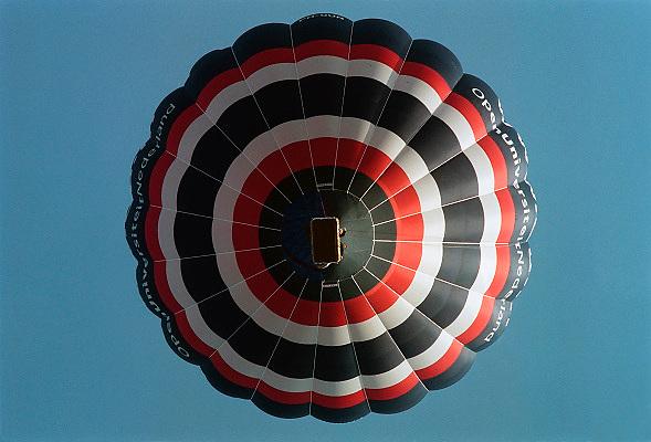 Nederland, Nijmegen, 20-9-2009Ballonvaart. Een ballon met reclame voor de Open Universiteit hangt in de lucht.Foto: Flip Franssen/Hollandse Hoogte