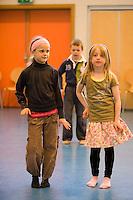 Frá danssýningu í hátíðarsal Árbæjarskóla. Arndís og Ísabella dansa hlið við hlið.