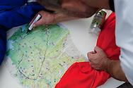 Mit einem Radio  hielt<br /> Torsten sich Wildschweine<br /> vom Hals. Auf seiner Karte<br /> markierte er täglich die<br /> zurückgelegte Strecke.<br /> Auf dem blauen Handwagen<br /> transportierte er das<br /> Nötigste. Das Gefährt hielt die<br /> ganzen 2800 Kilometer durch.