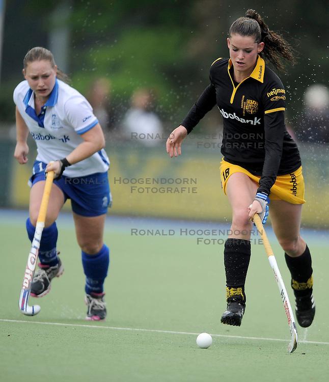 01-05-2010 HOCKEY: KAMPONG - DEN BOSCH: UTRECHT <br /> Kampong verliest de eerste wedstrijd in de play-offs met 1-0 van Den Bosch / <br /> Lidewij Welten en Fleur Sabaroedin<br /> &copy;2010-WWW.FOTOHOOGENDOORN.NL