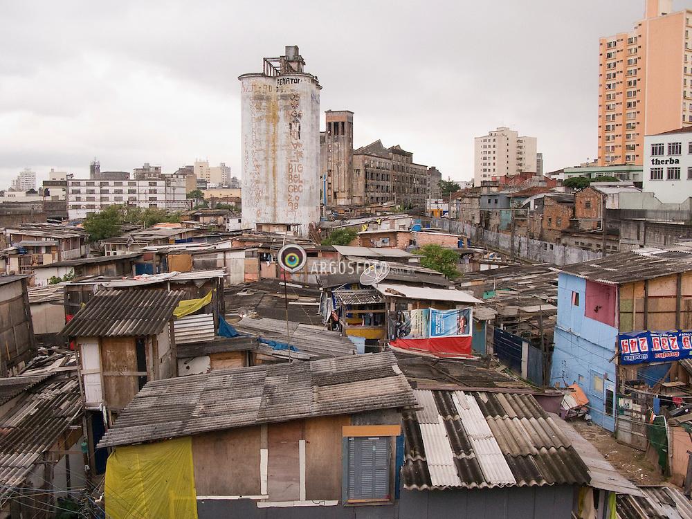 Favela do Moinho, ao lado da estacao  de trem Julio Prestes ./ Slum next to the train station Julio Prestes. Foto Claudio Rossi/Argosfoto