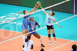 17-06-2016 ITA: World Grand Prix Italie - Thailand, Bari<br /> Bij de stand 16-15 in de tweede set was er een stroom storing in de hal. De speelsters gingen spelletjes met elkaar en het publiek doen. Na ruim een uur wachten was het licht nog steeds niet aan waardoor de wedstrijd gestaakt werd / Martina Guiggi #7 of Italie, Nootsara Tomkom #13 of Thailand<br /> <br /> ***NETHERLANDS ONLY***