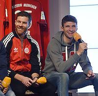 Muenchen 02.12.2015 Offizielle Uebergabe der Gigaset ME Smartphones an den FC Bayern Muenchen Xabi Alonso und Thomas Mueller (v.li.) mit ihren neuen Gigaset ME Smartphones