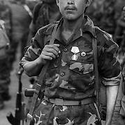 SOLDADO EN EL ACTO DE LICENCIATURA DE LOS PRIMEROS SOLDADOS DEL SMP. MANAGUA. NICARAGUA. 1985.