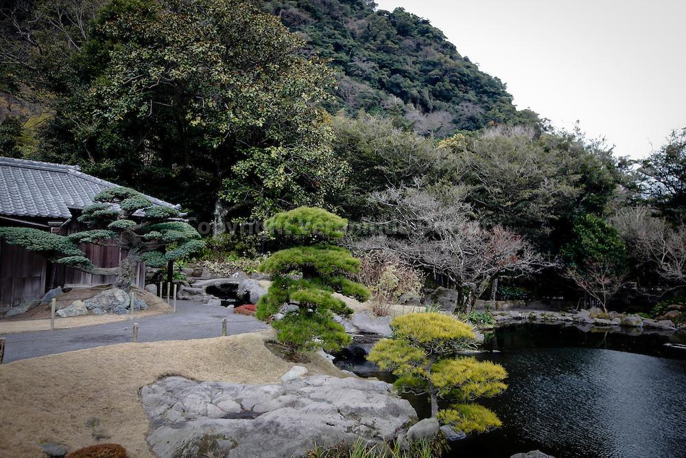 le jardin Senganen, également connu sous le nom de Isoteien. Ce jardin remarquable est un jardin japonais situé sur la coté au nord de la ville de  Kagoshima. sur l'ile de Kyushu, Japan // Senganen Garden , also known as Isoteien , a Japanese style landscape garden along the coast north of downtown Kagoshima. Kyushu, Japan