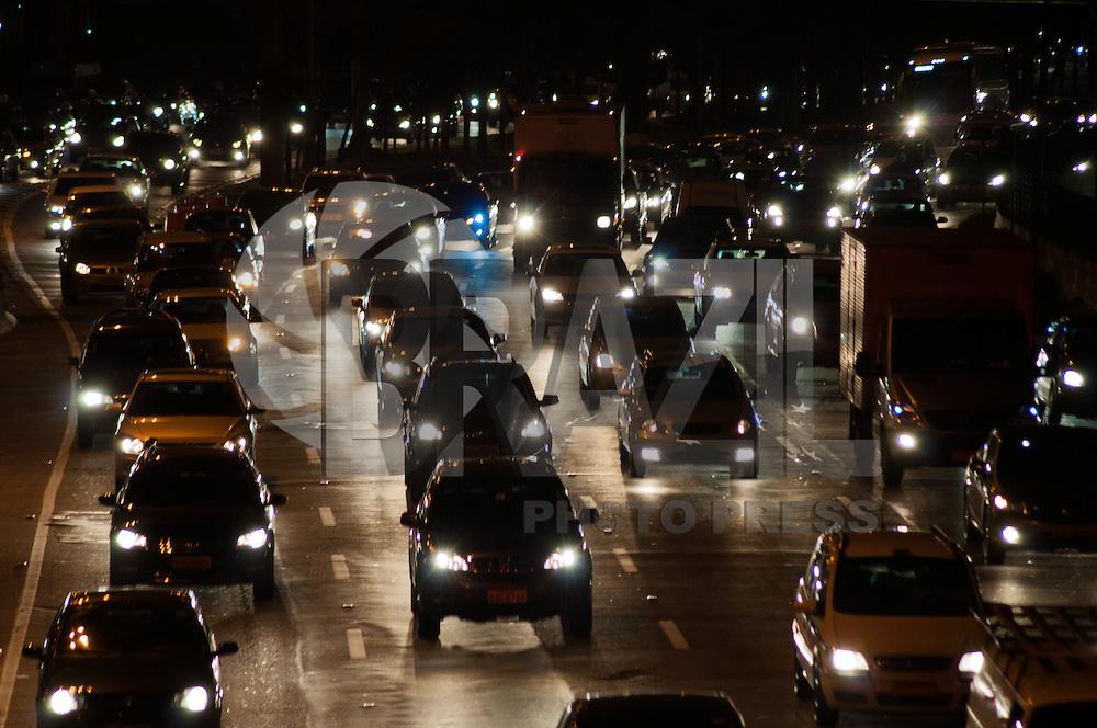SÃO PAULO-SP-06,08,2014-TRÂNSITO/CAPITAL SP - MARGINAL PINHEIROS - O motorista segue com lentidão na Marginal Pinheiros sentido Osasco,região oeste da cidade de São Paulo,na noite dessa quarta-feira,06 (Foto:Kevin David/Brazil Photo Press)