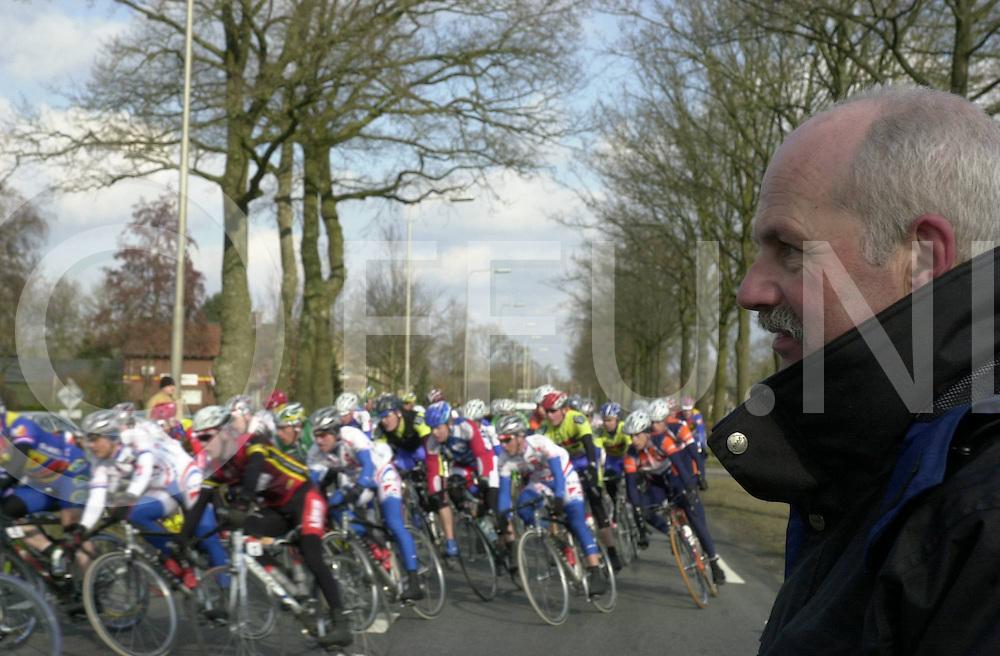 060311,nieuwleusen,nederland<br /> wichert broekhuizen kijkt naar de ster vam zwolle,<br /> Fotografie Frank Uijlenbroek&copy;2006sanderuijlenbroek