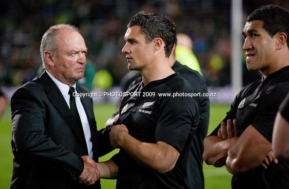 Graham Henry consoles Daniel Carter after the Tri Nations Rugby - All Blacks v South Africa, won 32-29 by the Springboks at Waikato Stadium, Hamilton, New Zealand, Saturday 12 September 2009. Photo: Stephen Barker/PHOTOSPORT