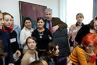28 ARP 2005 BERLIN/GERMANY:<br /> Michael Sommer (M), Vorsitzender des Deutschen Gewerkschaftsbundes, DGB, mit Maedchen die Ihn anlaesslich des Girls Days in seinem Buero besuchen, Deutscher Gewerkschaftsbund<br /> IMAGE: 20050428-01-012<br /> KEYWORDS: Mädchen, Jugendliche, Jugend