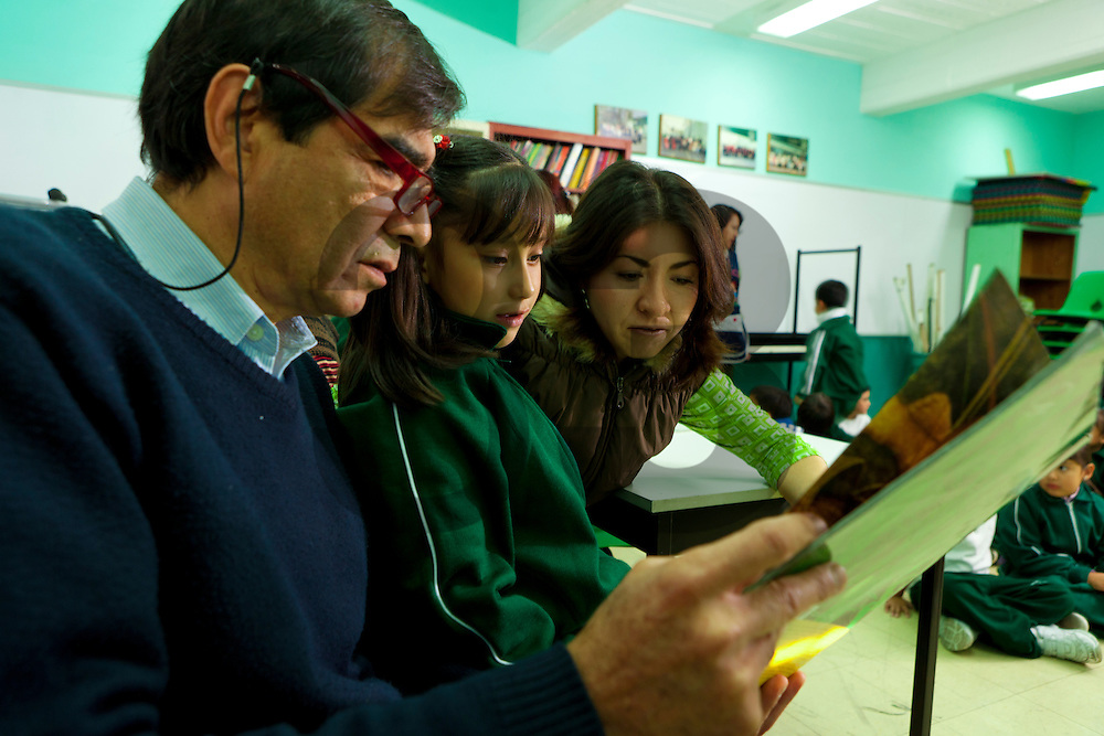 """Escuela """"El Pipila"""" en la Ciudad de México, Mexico. Padres de familia apoyan la lectura y el aprendizaje de sus hijos. Proeducación IAP."""