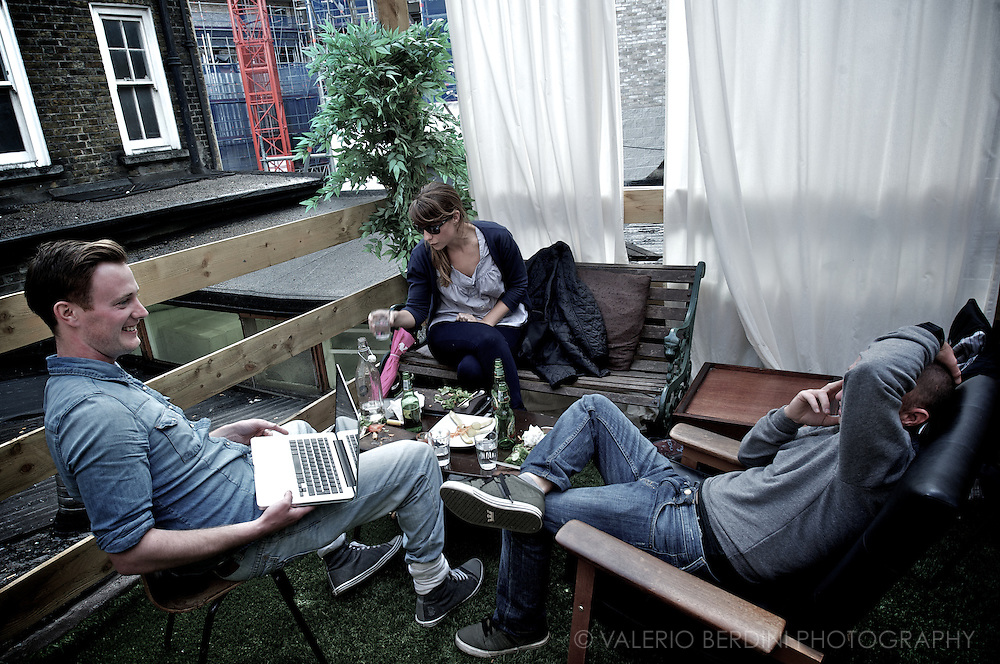 Terraced bar, relaxed atmosphere, casual look and a Mac Powerbook.