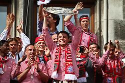09.05.2010, Marienplatz, Muenchen, GER, 1. FBL, Meisterfeier der Bayern , im Bild Franck RibÈry (FC Bayern Nr.7) und Mark van Bommel (FC Bayern Nr.17)  mit der Meisterschale , EXPA Pictures © 2010, PhotoCredit: EXPA/ nph/  Straubmeier / SPORTIDA PHOTO AGENCY