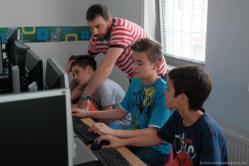 Schon Kinder können im Praktik-Weiterbildungszentrum in Peja Programmierkurse absolvieren, welches von Helvetas unterstützt wird.