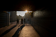 In Utrecht rijden fietsers in de vroege ochtend.<br /> <br /> Cyclists in the early morning in Utrecht.