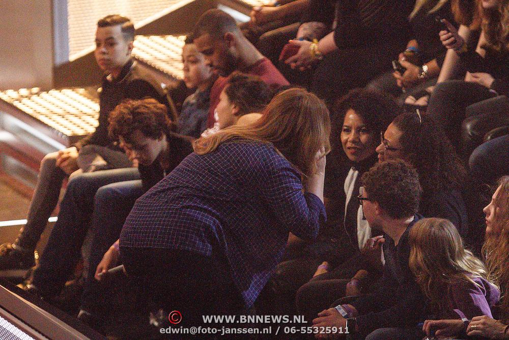 NLD/Hilversum/20160122 - 6de live uitzending The Voice of Holland 2016, Dominique Schellekens met de kinderen van Anouk