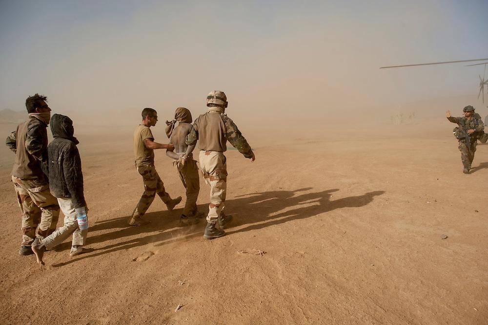 05/03/2013. Tessalit. Mali. Vallée d'Ametatai. Deux prisonniers djihadistes détenus par les légionnaires du GTIA 4. ©Sylvain Cherkaoui/ Cosmos pour Le Monde.