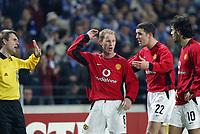 PORTO-25 FEVEREIRO:Jogadores Ingleses NICKY BUTT#8 , JOHN O'SHEA#22 e VAN NISTELROOY reclamam do arbitro assistente jogo F.C. Porto vs Manchester United F.C. primeira mao dos oitavos de final da Liga dos campeoes realizado no estadio do Dragao 25/02/2004.<br />(PHOTO BY:GERARDO SANTOS/AFCD)
