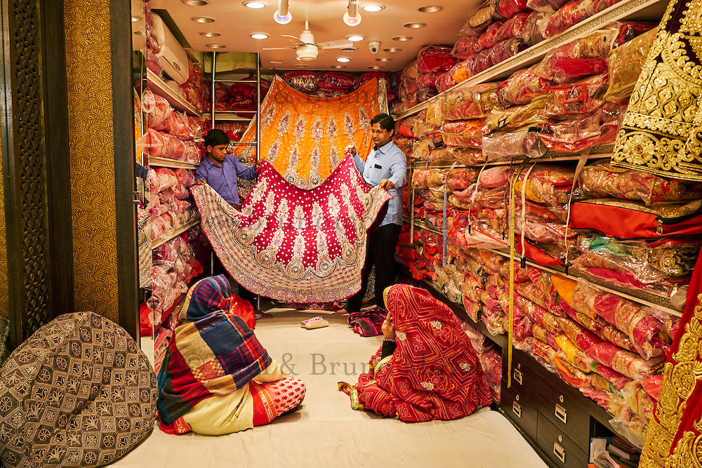 Inde, Rajasthan, Jaipur la ville rose, boutique de sari // India, Rajasthan, Jaipur the pink city, sari shop