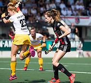 AMSTELVEEN - Margot van Geffen (Den Bosch) met Felice Albers (A'dam)   tijdens de finale van de play-offs om de landtitel in het Wagener stadion, tussen Amsterdam en Den Bosch.  COPYRIGHT KOEN SUYK