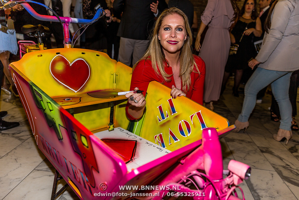 NLD/Amsterdam//20170410 - Free a Girl Celebrity Night, Nance Coolen signeert bakfiets