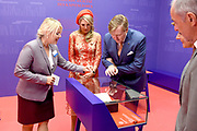 Zijne Majesteit Koning Willem-Alexander en Hare Majesteit Koningin Máxima brengen een werkbezoek aan de Duitse deelstaten Rijnland-Palts en Saarland.<br /> <br /> His Majesty King Willem-Alexander and Her Majesty Queen Máxima paid a working visit to the German federal states of Rhineland-Palatinate and Saarland.<br /> <br /> op de foto / On the Photo: Tentoonstelling 200e geboortedag Karl Marx in het Rheinisches Landesmuseum waar het Koninklijk Paar uitleg krijgt bij Das Kapital  / Exhibition Karl Marx's 200th birthday at the Rheinisches Landesmuseum where the Royal Couple gets an explanation at Das Kapital