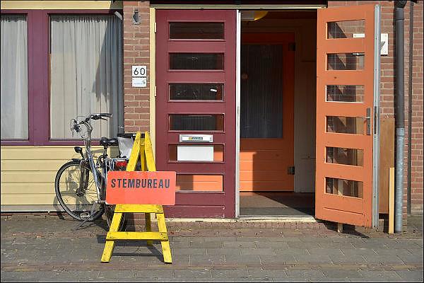 Nederland, Ubbergen, 18-3-2015Verkiezingen voor de provinciale staten, en indirect voor de eerste kamer.Netherlands, elections. Dit stembureau staat in een dorpshuis. Stembureau, stemburo in een buurthuis. Netherlands, elections voting . Polling station Foto: Flip Franssen/Hollandse Hoogte